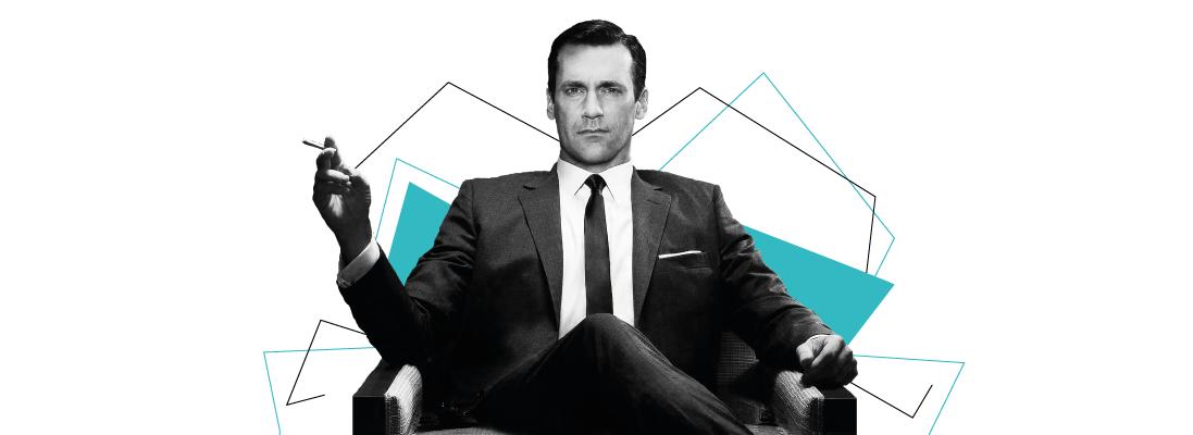 2 / Mad Men est considérée comme un véritable chef d'oeuvre du petit écran.     Son esthétique soignée et son subtil trait d'humour ont peut-être fait chavirer ton coeur. Si ce n'est pas (encore) le cas, voici une piqûre de rappel.     Mad Men, c'est quoi ? Début des 60's, au coeur de Manhattan. Les agences de publicités sont concentrées sur Madison Avenue. Publicitaire de l'agence Sterling Cooper, le talentueux Don Draper se débat pour préserver un équilibre fragile entre vie privée et vie professionnelle.     Une clope dans la main droite, une vodka dans la main gauche, lové dans son divan vintage, son job est d'imaginer des campagnes publicitaires pour de prestigieuses marques. Père distant, mari condescendant, un séducteur charismatique mais aussi un homme fragile. Son ambiguïté, son mystère et ses multiples facettes font de lui le pilier de la série.  Mad Men VS notre société contemporaine En toile de fond de la série, on retrouve une fresque des Etats Unis des sixties.     L'assassinat de JFK, celui de Martin Luther King, la guerre du Vietnam mais aussi Marilyn Monroe, le boom de l'économie et de la consommation de masse, le premier pas sur la Lune, l'émergence de nouveaux médias, et, bien sûr… de la publicité. C'est ici le coeur de la série.     Sa très juste peinture de la société américaine met en lumière une époque où racisme, sexisme et problématiques économiques cohabitent souvent dans les milieux professionnels.     Loin des sphères professionnelles archaïques et discriminantes, certaines de ces problématiques continuent de faire écho dans certains jobs en 2018. Crise économique, dépendance financière des start-ups, #MeToo : nos doutes et angoisses contemporaines ne sont pas toujours si éloignées de celles de cette agence de pub des 60's.     INTERNE_MADMEN-1  Si Mad Men était votre boîte en 2018 ? Le quotidien de cette agence est rythmé par ses notables clients (Kodak, Lucky Strike, Heinz). Son coeur bat grâce à la satisfaction de ses clients, dont ell